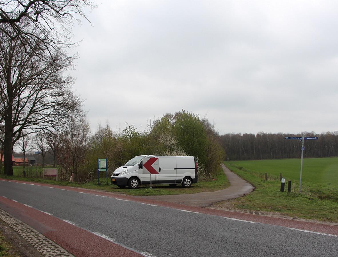 De aan het begin van de Kloppendiek geparkeerde bedrijfsbus van de Groninger.