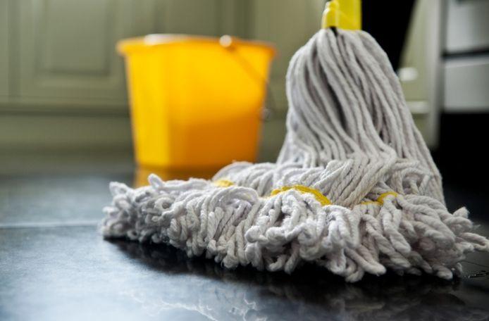 Een sector waar relatief veel laaggeschoolde arbeid wordt verricht, is de schoonmaak.