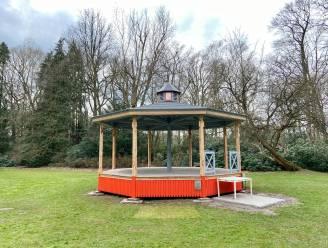 Restauratie aan houten kiosk aan dienstencentrum Maria-ter-Heidehove vordert zichtbaar