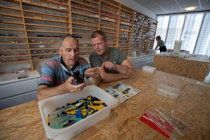 Begeleider Bas de Greef (rechts) van de Stichting Ela aan de slag met lego, samen met Martin.
