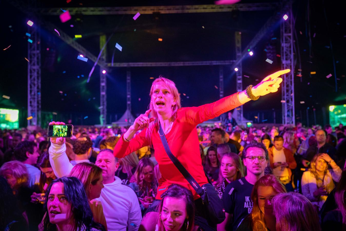 Publiek vermaakt zich bij de eerste editie van FeestBeesten Festival op Stadsblokken in Arnhem.