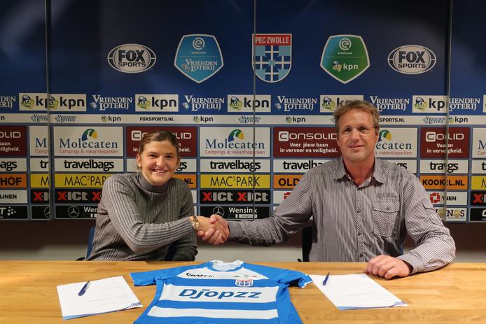 PEC Zwolle-speelster Abby Holmes, hier op de foto met Arjan Jansen (directeur Regio Zwolle United), keert na een jaar terug naar Engeland.