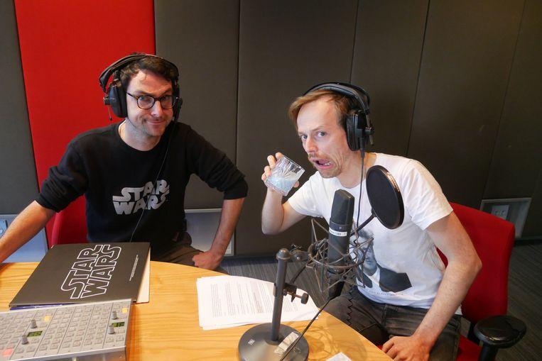 Robin Broos zet concullega/vriend Jeroen Struys onder druk om de blauwe melk uit Star Wars te proeven op antenne. Beeld VRT