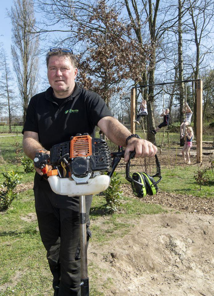 De Haaksbergse hovenier Henk van Veen komt met zijn project bij basisschool Heeckerenin Goor op tv.