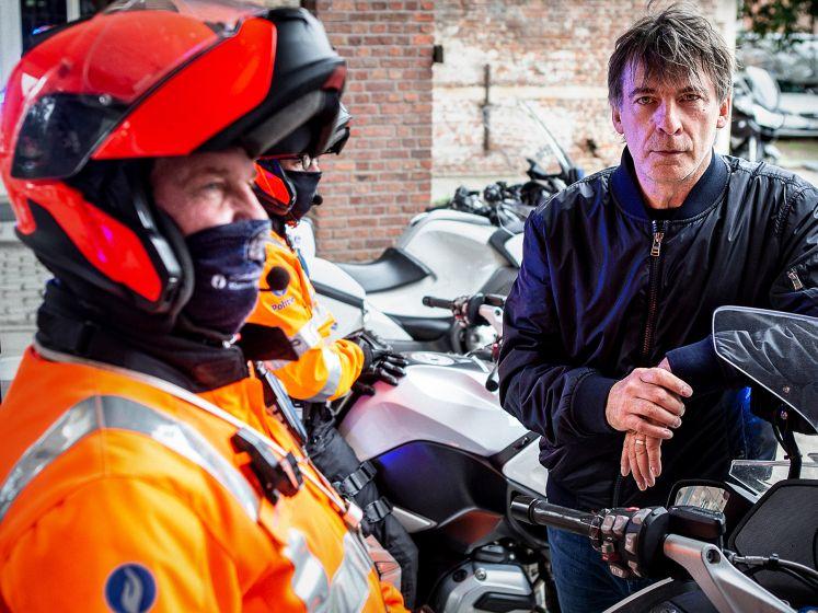 """Snelheidsduivel vliegt in 'Alloo bij de Verkeerspolitie' tegen de lamp: """"Ik was verstrooid"""""""