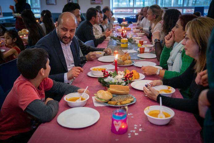 Twee jaar geleden ontmoette de Arnhemse burgemeester Marcouch vluchtelingen in AZC Elderhoeve tijdens een kerstlunch.