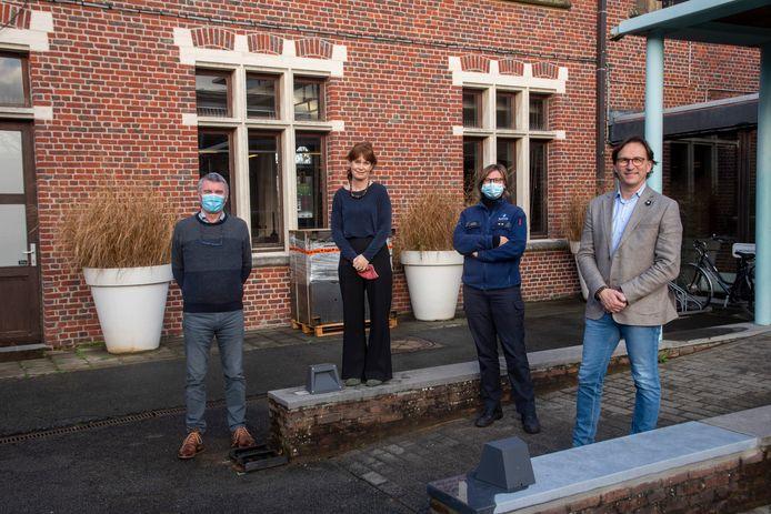 Ronny Meerpoel en Hilde Van Hecke , hoofdinspecteur Valerie Ducheyne en schepen Orville Cottenie werken samen voor het dierenwelzijn in Oosterzele.