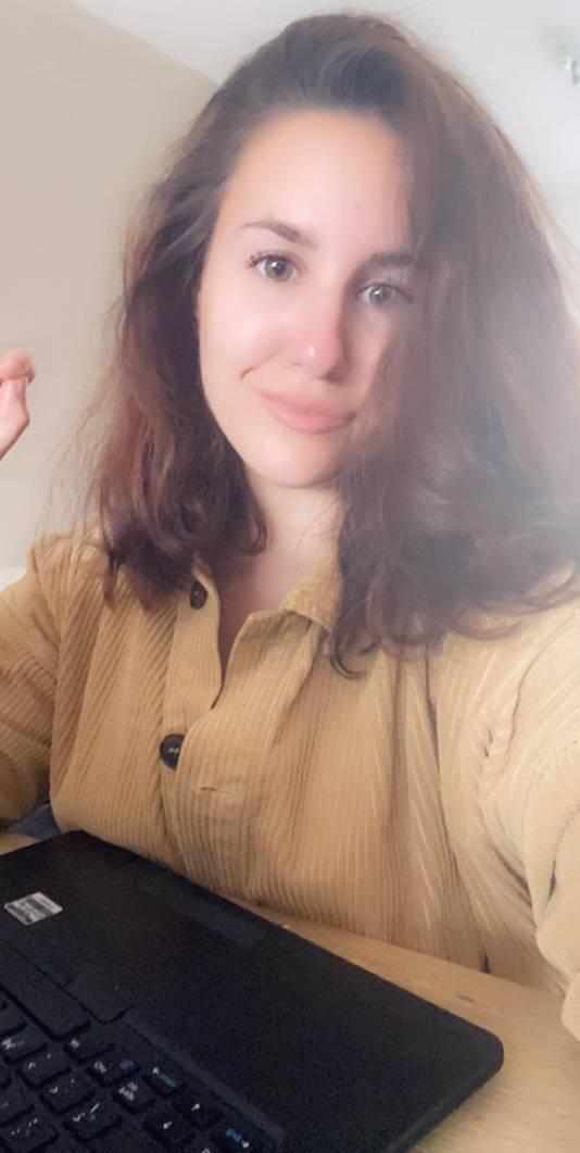 Kimberly Rallis, newsdesker en online samensteller bij de Stentor thuis aan het werk