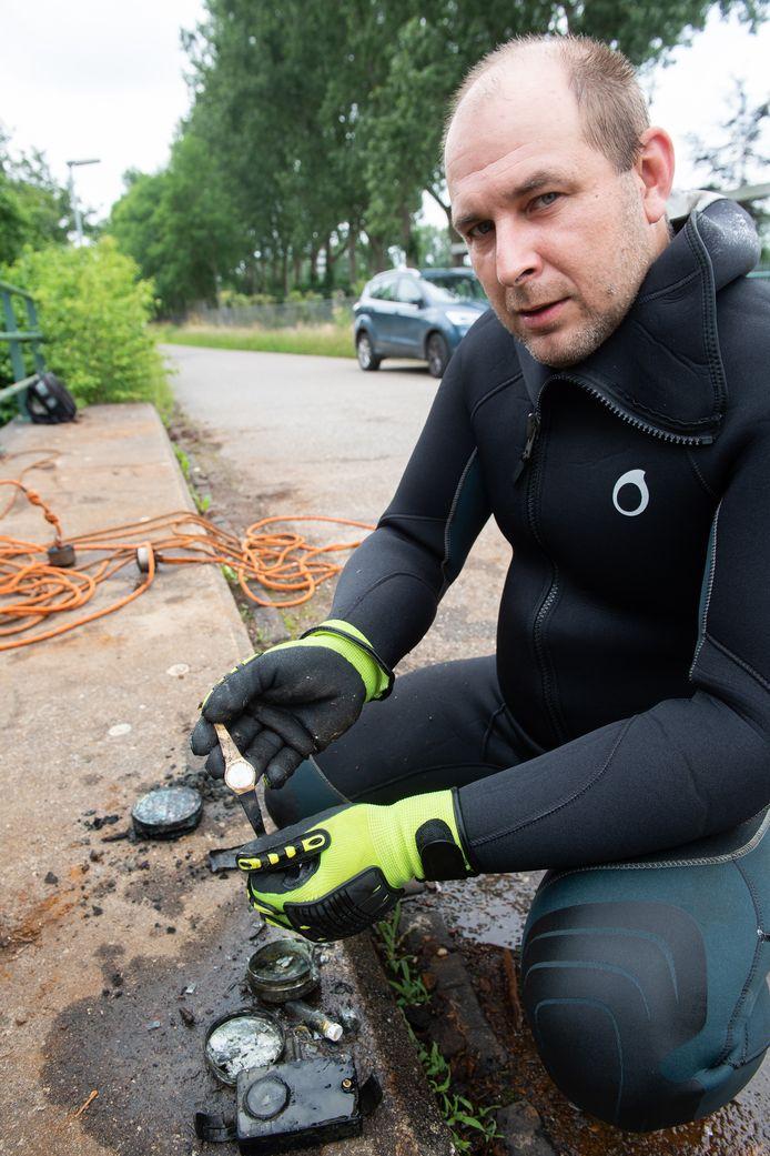 Florian Asbreuk laat zien wat hij zoal met zijn magneet uit het water heeft gehaald.
