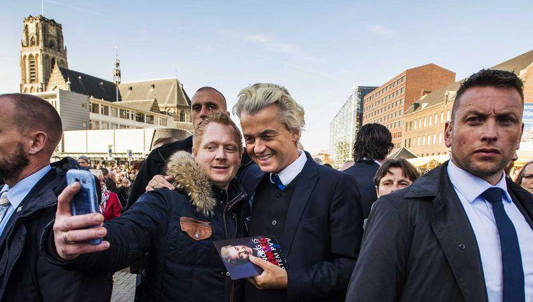 Geert Wilders gaat op de foto in Rotterdam. Beeld anp