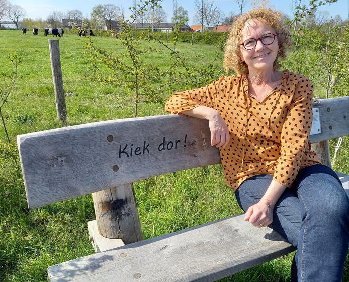 Wilma, echtgenote van de overleden Henk Eikholt op één van zijn bankjes.