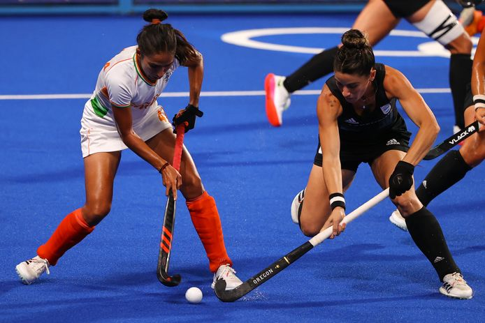 Monika Malik (l) namens India in actie tegen Victoria Granatto van Argentinië.