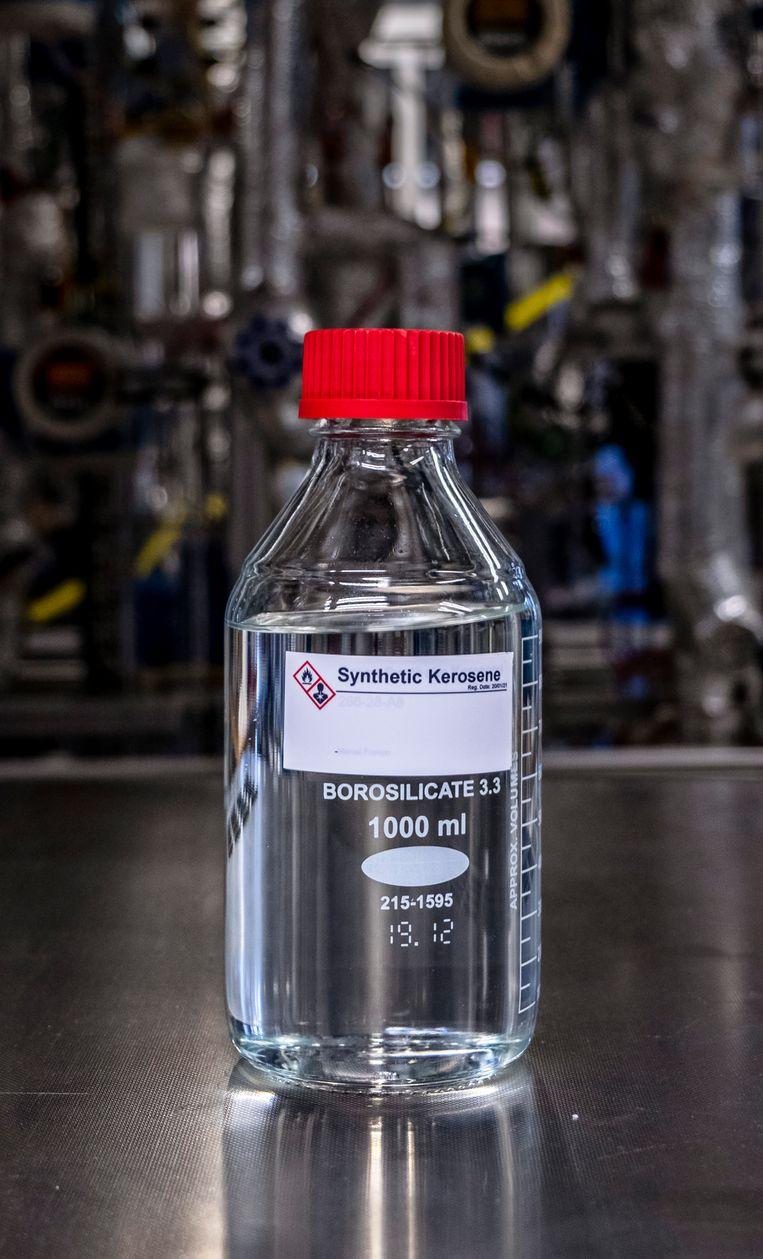 Een fles van de synthetische kerosine geproduceerd met de hulp van waterstof. Beeld Raymond Rutting  / de Volkskrant