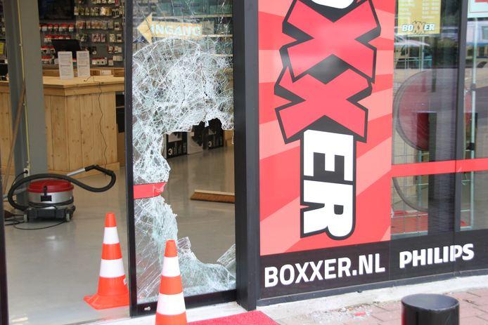 De voorruit van de winkel op de Woonboulevard is bij de inbraak door de dieven met een moker ingeslagen.