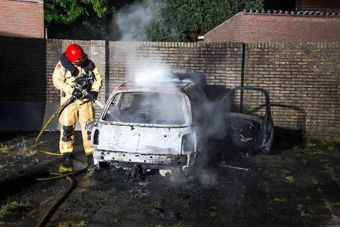 Auto gaat in vlammen op in Halvemaanstraat in Eindhoven.