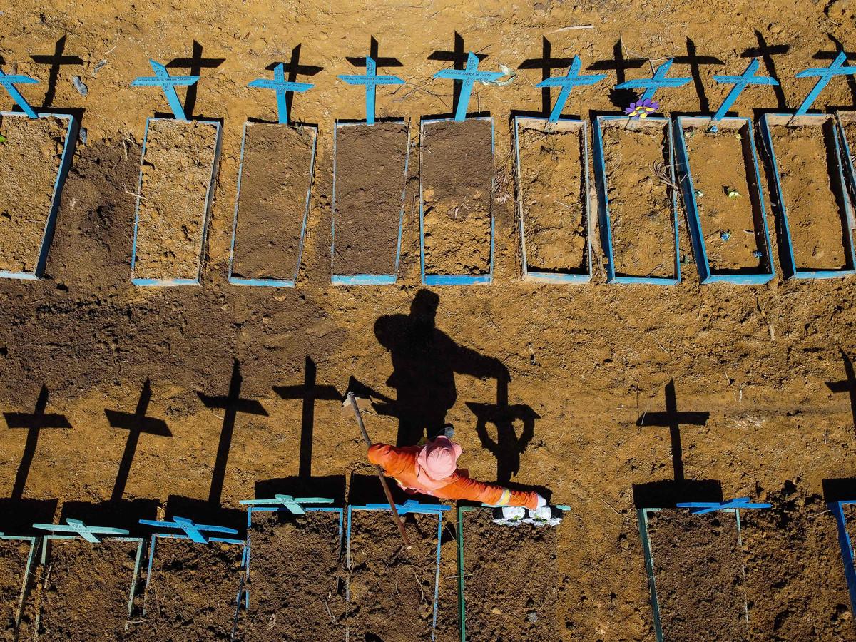 Een grafdelver in het Braziliaanse Manaus begraaft dagelijks vele coronadoden.