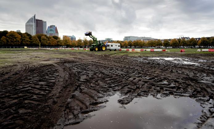 Het grasveld is volgens de beheerder op diverse plekken 'compleet kapotgereden' door de honderden tractoren