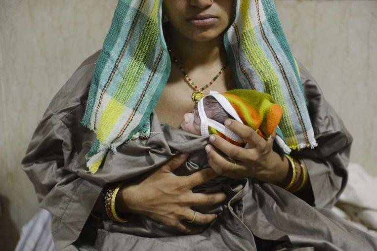 Een moeder in India met haar baby. Beeld epa