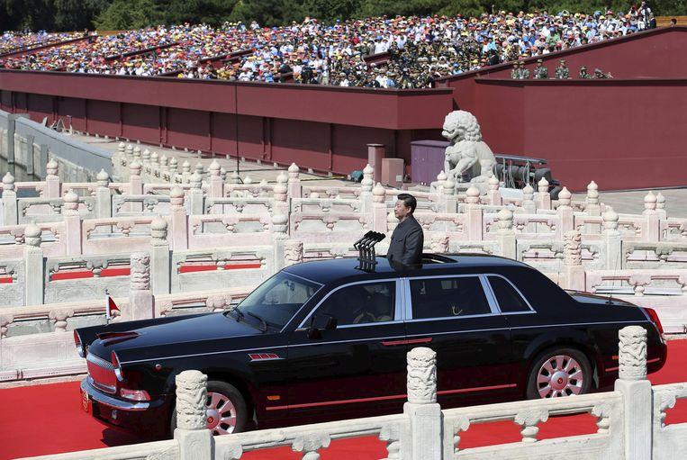 In een met microfoons uitgeruste limousine laat de Chinese president <strong>Xi Jinping</strong> zich naar een militaire parade rijden in Peking, ter gelegenheid van de zeventigste verjaardag van het einde van de Tweede Wereldoorlog. Beeld Reuters