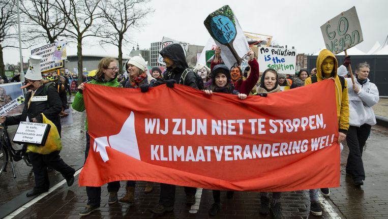 Deelnemers van de Klimaatparade die aandacht vragen voor klimaatverandering vanwege de Klimaattop in Parijs. Beeld anp