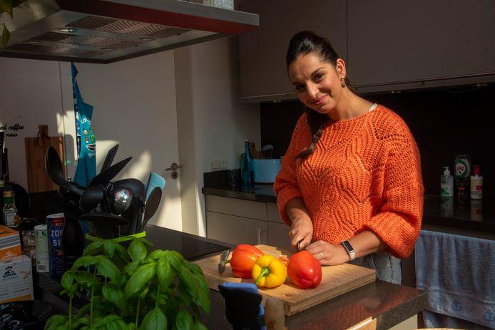 Laurence aan de slag in haar keuken.