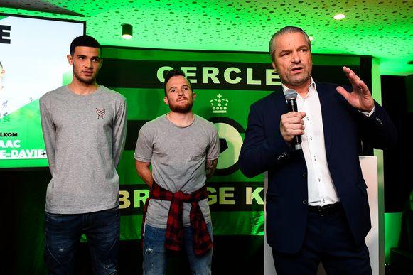Dino Hotic (m.), naast een andere nieuwkomer, Christie-Davies, tijdens de nieuwjaarsreceptie van Cercle, waar onder meer trainer Storck het woord nam.