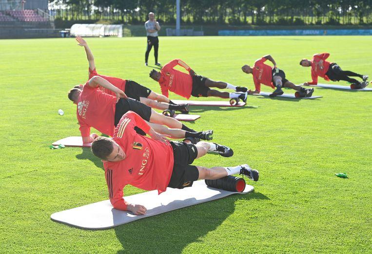 Thorgan Hazard en zijn collega's maken de spieren los in Tubeke. Beeld Photo News