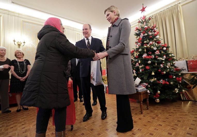 MONACO - Prins Albert II en prinses Charlène hebben donderdag een aantal inwoners van Monaco blij gemaakt met een kerstcadeautje. Tijdens een jaarlijks terugkerende bijeenkomst van het Rode Kruis deelde het paar pakjes uit.