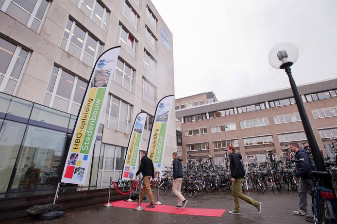 Studenten betreden het NHTV-gebouw aan de Claudius Prinsenlaan in Breda.