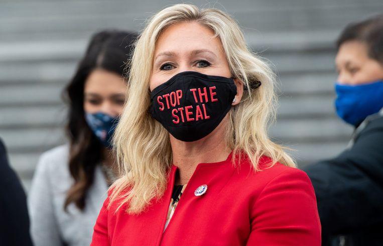 Parlementslid Marjorie Taylor Greene met een mondmaskertje waarop staat 'stop the steal', 'stop de diefstal', de leuze waarmee Trump en zijn aanhangers bleven beweren dat de verkiezingen 'gestolen' zouden zijn. Beeld AFP