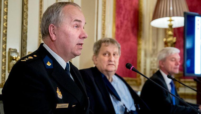 Politiechef Pieter-Jan Aalbersberg, burgermeester Eberhard van der Laan en hoofdofficier van justitie Theo Hofstee. Beeld anp