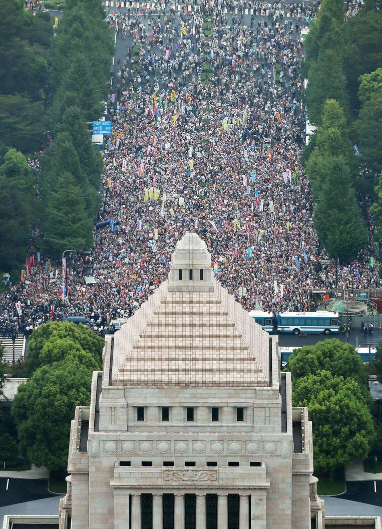 Een massa protestanten verzamelt voor het parlement in Tokio.