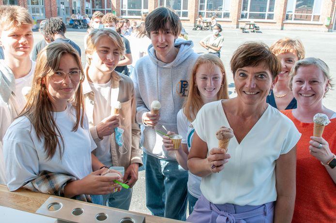 Directrice Ellen Pierreux trakteerde de hele school op een ijsje en laat haar vijfde- en zesdejaars voortaan thuis op woensdag.