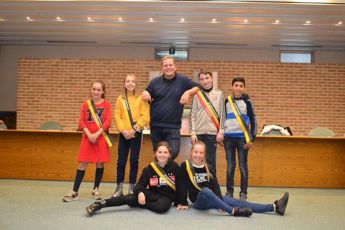 Schepen van Jeugd Benjamin Rogiers poseert fier met zijn nieuwe ploeg.