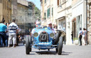 Een Bugatti T37A uit 1927: een van de deelnemende klassiekers aan de Mille Miglia dit jaar. Hier rijden de klassiekers door Grosseto in Toscane.