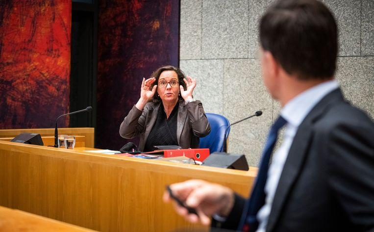 DEN HAAG - Minister Tamara van Ark van Medische Zorg (VVD) en Premier Mark Rutte vorige week voor aanvang van het coronadebat in de Tweede Kamer.  Beeld Freek van den Bergh / de Volkskrant