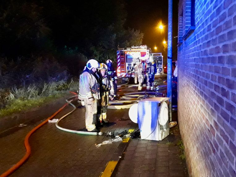 De brandweer moest de droogkast naar buiten dragen om deze vervolgens verder te kunnen blussen.