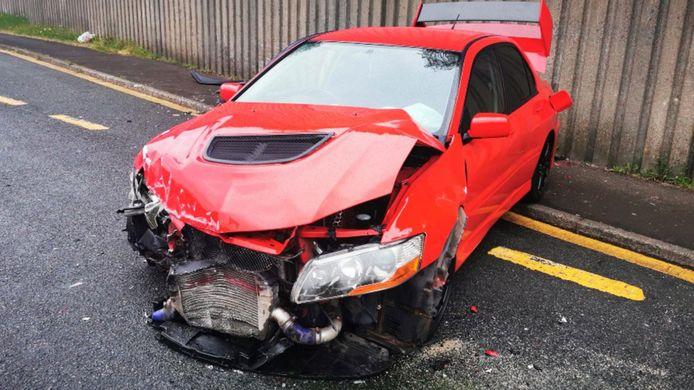 De gecrashte sportwagen.