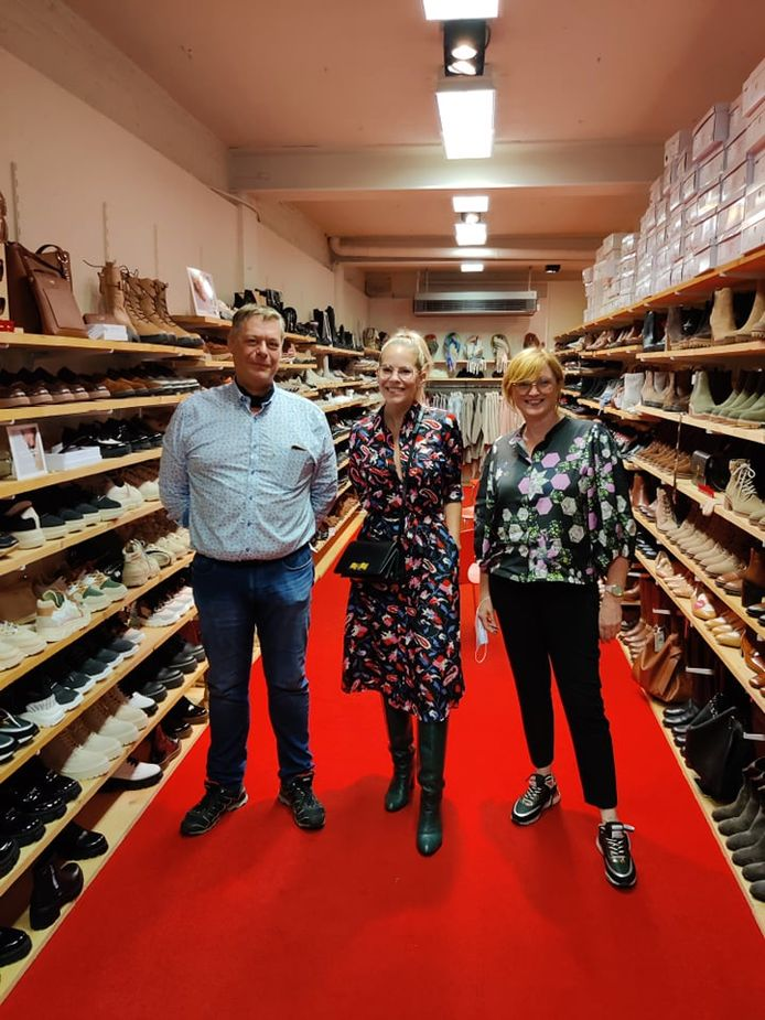 De allereerste editie van 'het Verwenweekend' stond dit weekend op het programma in Poperinge. Het hele weekend lang gaven enkele BV's kleur-en stijladvies bij de deelnemende winkels. Bij De Peperstraat liep je Eline De Munck tegen het lijf, hier met de zaakvoerders van De Peperstraat.