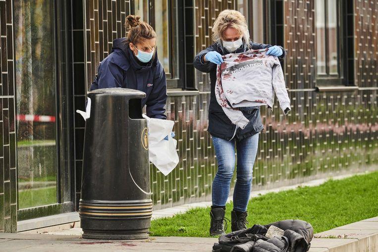 Politieonderzoek bij het Calvijn College in Amsterdam Nieuw-West op 2 november, nadat een 14-jarige jongen was neergestoken. Het slachtoffer werd gewond opgenomen in het ziekenhuis. Beeld ANP