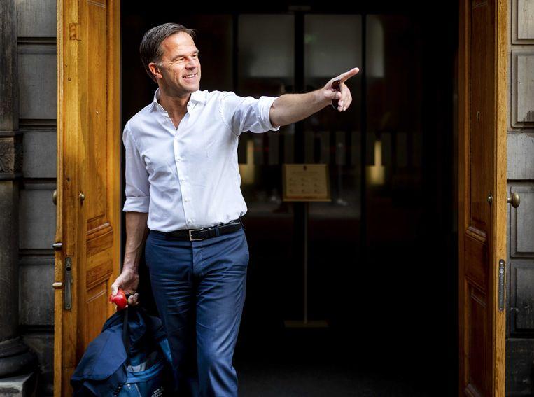 Premier Mark Rutte bij de ingang van het ministerie van Algemene Zaken op het Binnenhof. Beeld ANP/Remko de Waal