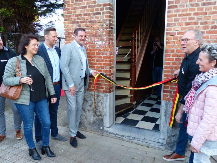 Luc De Wilder (rechts) opende het nieuwe lokaal van heemkring Machala samen met enkele leden van het schepencollege.