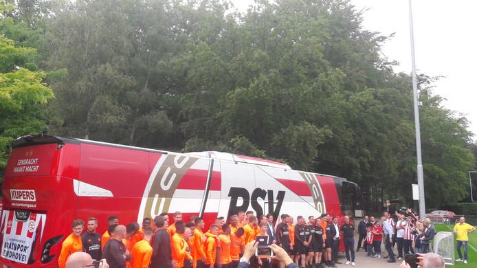 De PSV'ers voor de nieuwe spelersbus van de club.