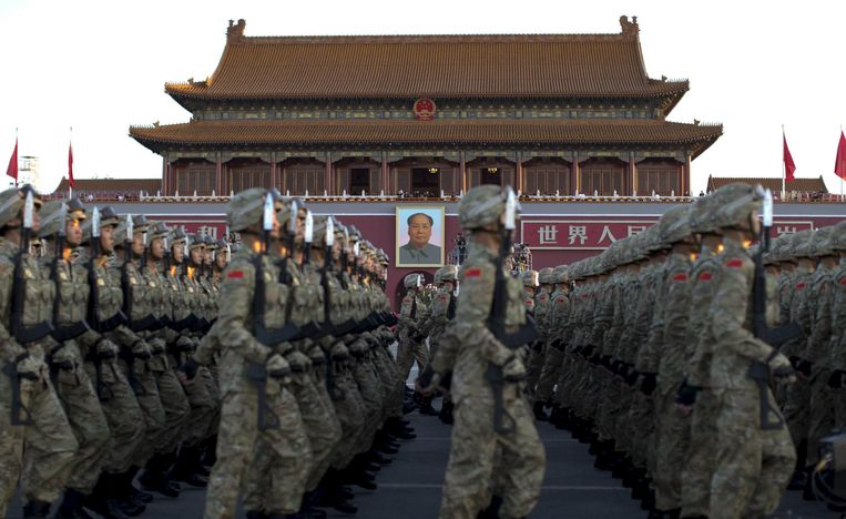 Soldiers of the People's Liberation Army (PLA) of China march in formation past the Tiananmen Gate and the giant portrait of Chinese late chairman Mao Zedong (C) as they gather ahead of a military parade to mark the 70th anniversary of the end of World War Two, in Beijing, China, September 3, 2015. REUTERS/cnsphoto CHINA OUT. NO COMMERCIAL OR EDITORIAL SALES IN CHINA Beeld null