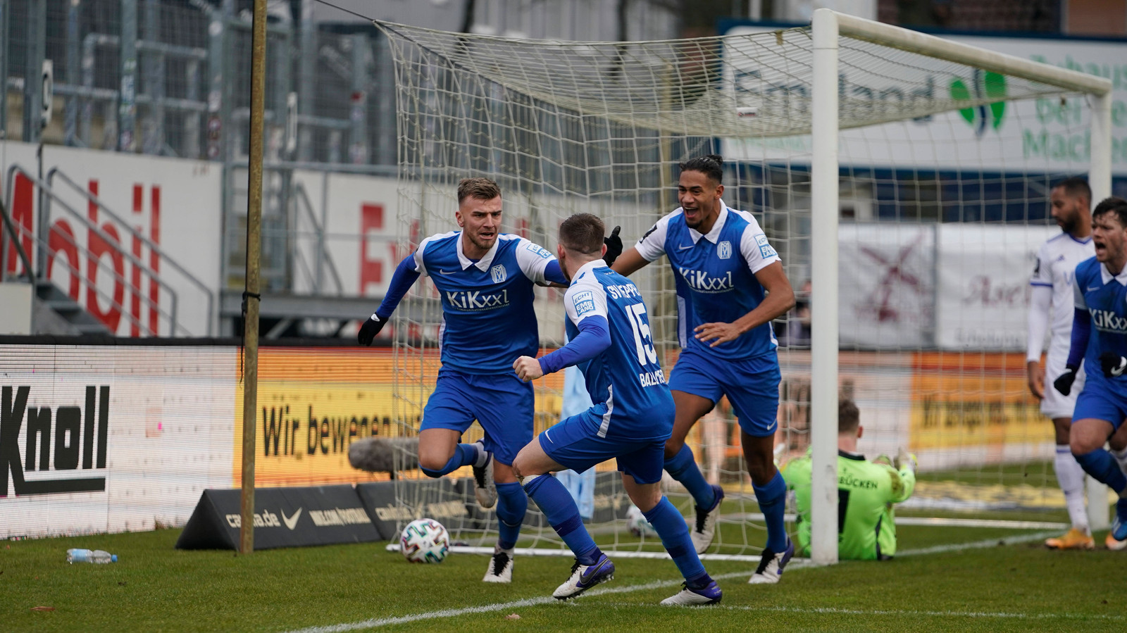 Lars Bünning (links) heeft de 1-0 gemaakt. Geheel rechts nieuweling Tom Boere, die het feestje mee wil vieren.