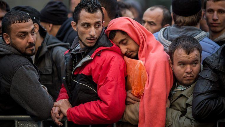 Asielzoekers wachten in Berlijn bij een overheidsbureau op hun beurt om zich te registreren. Beeld epa