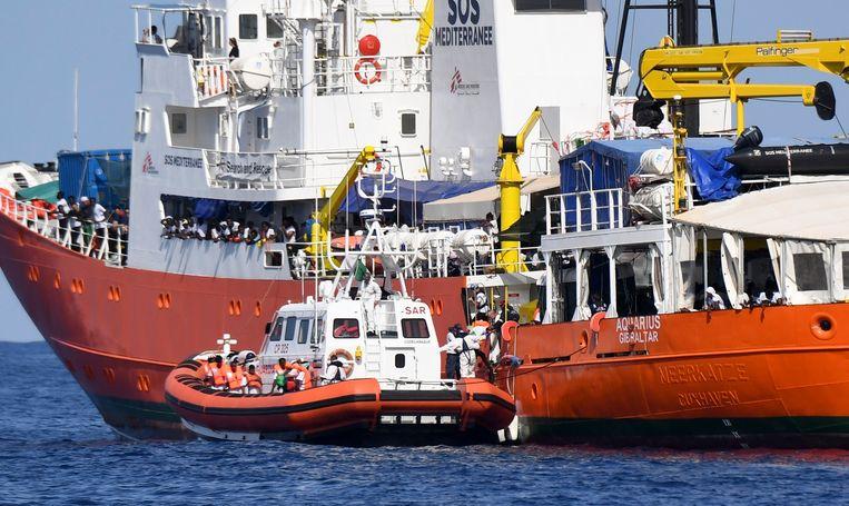 De Italiaanse kustwacht nam gisteren een deel van de Afrikaanse migranten op om hen samen met de resterende opvarenden naar Valencia te brengen.