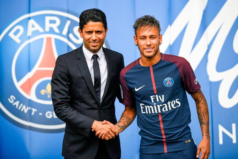 Neymar met Nasser Al-Khelaifi bij zijn voorstelling bij PSG. Beeld AFP