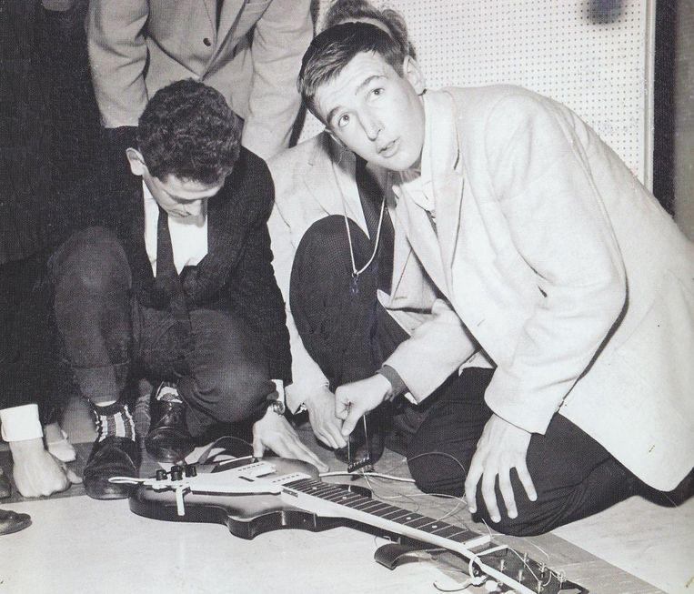 Peter Koelewijn probeert zijn gitaar te repareren. Beeld RV