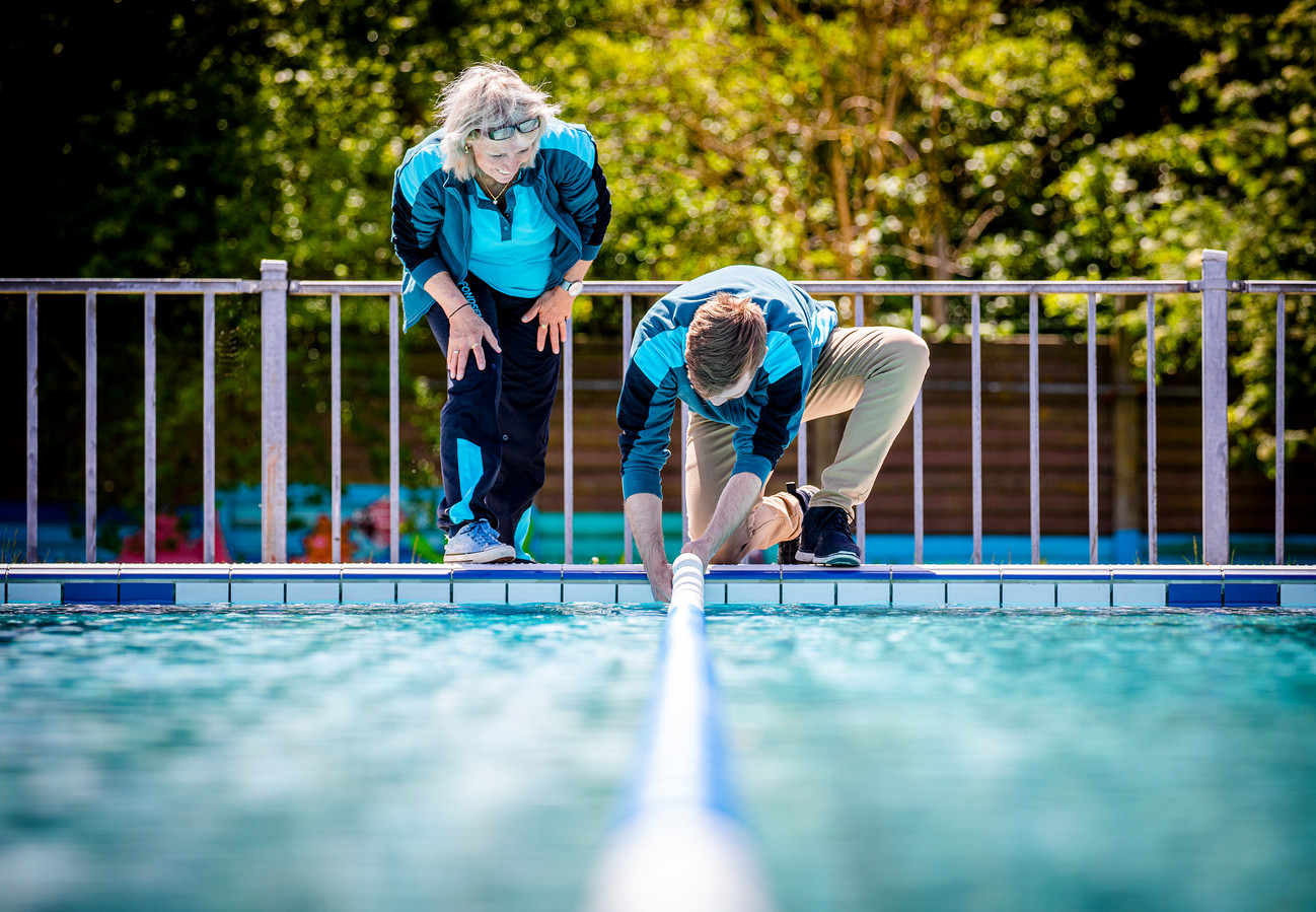 Het buitenzwembad in Klaaswaal werd maandag even klaargemaakt voor de eerste zwemmers. Het personeel was enthousiast, maar het bad kan al weer dicht.